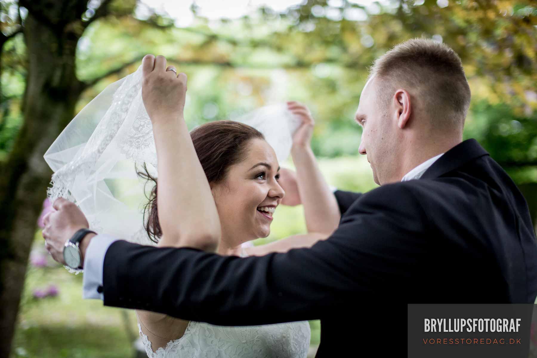 Leder du efter en bryllupsfotograf? Brug denne guide til at finde en bryllupsfotograf